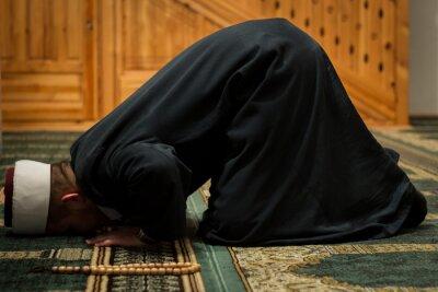 Image Imam praying