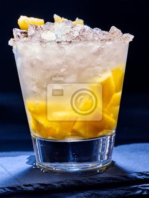 Jaune glace de cube de boisson froide à l'ananas sur l'obscurité