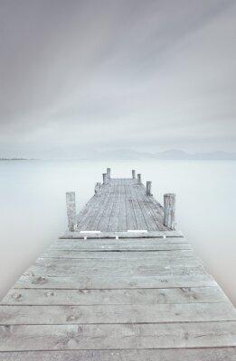 Image Jetée en bois sur le lac dans une ambiance très nuageux et brouillard.