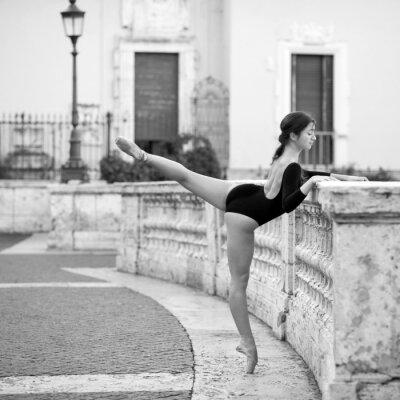 Image Jeune belle danse de ballerine sur la Place d'Espagne à Rome,