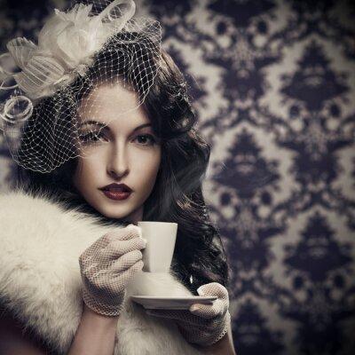 Image Jeune belle rétro de boire du café dame