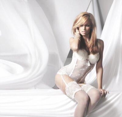 Image Jeune et sexy femme rousse en lingerie blanche