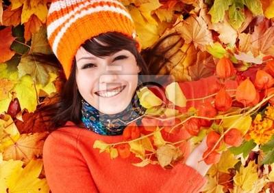 Jeune femme à l'automne feuilles d'oranger.