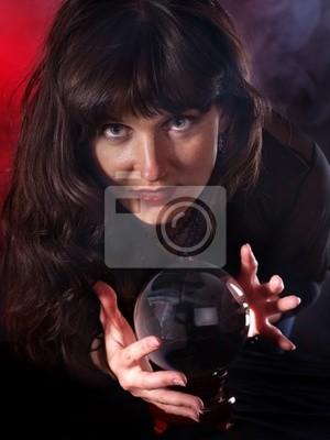 Jeune femme avec la boule de cristal.