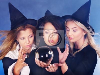 Jeune femme avec la boule de cristal. Prédire l'avenir.
