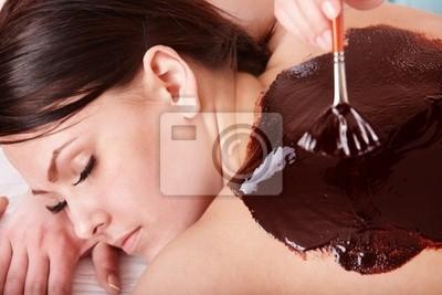 Jeune femme ayant masque bodyl de chocolat.