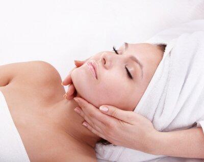 Jeune femme dans le spa. Massage du visage.