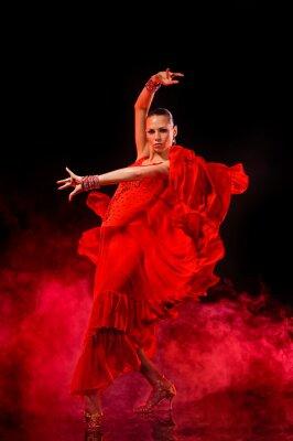 Image Jeune femme danse Latino sur fond fumé foncé