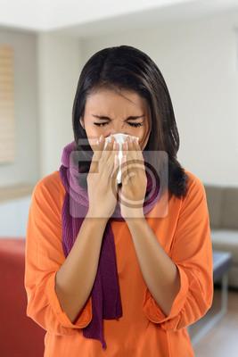 Jeune femme éternuements