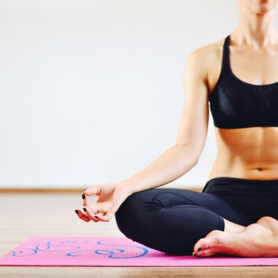 Image Jeune femme faisant l'intérieur de yoga - partie du corps