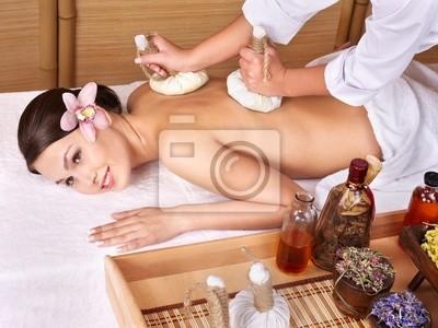 Jeune femme sur la table de massage au spa de beauté.