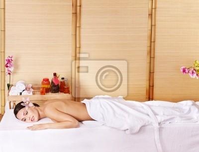 Jeune femme sur la table de massage au spa de beauté. Série.