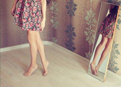 Image jeune femme tourne le miroir