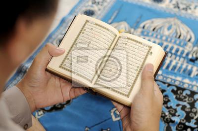 Jeune homme lisant le Coran