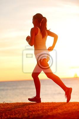 Jogging femme athlète qui court sur la plage sun sunset