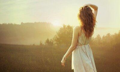 Image Jolie femme brune en regardant le coucher du soleil