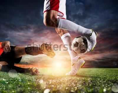 Image Joueurs de foot avec soccerball au stade pendant le match
