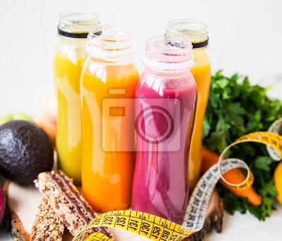 Jus de fruits biologiques frais en bouteilles, jus de fruits sains avec légumes verts, fruits et légumes, barres de céréales, rouge, orange, jaune, concept de vie saine et mode de vie