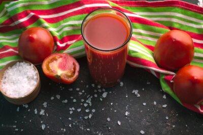 Jus de tomate sur la table