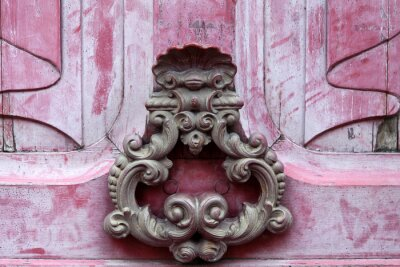 Image knoker de porte sur une vieille porte wodden rose