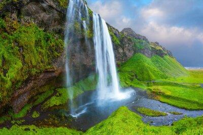 Image L'eau coule dans un ruisseau rapide