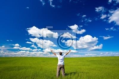 l'homme sur le terrain levant les mains