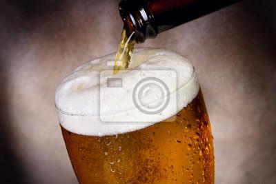 La bière coule dans le verre