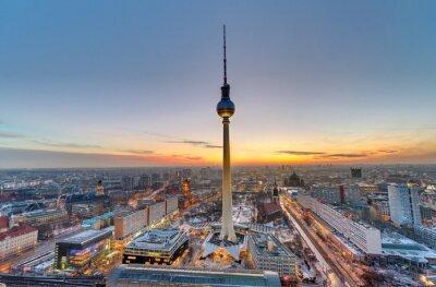Image La célèbre tour de télévision à Berlin au coucher du soleil