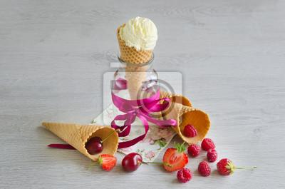 La crème glacée dans le cône avec des baies
