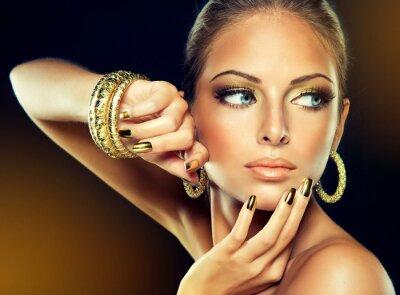 Image La fille avec le maquillage d'or et clous en métal.