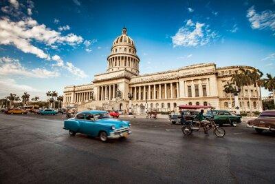 Image LA HAVANE, CUBA - 7 JUIN 2011: Vieilles voitures américaines classiques en f