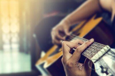Image la main de l'homme en guitare classique