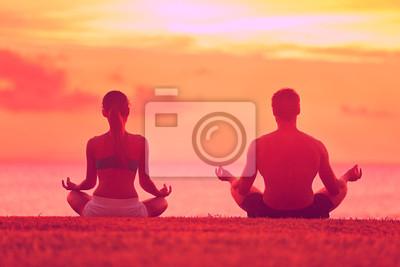 La méditation du yoga méditation couple à la plage coucher de soleil