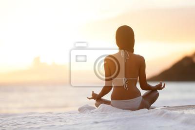 La méditation - Yoga femme méditant sur la plage de coucher du soleil