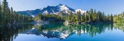 Image La montagne volcanique dans la lumière du matin se reflète dans les eaux calmes du lac.