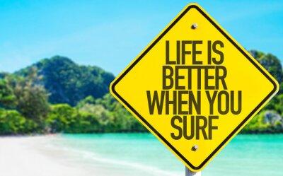 Image La vie est meilleure lorsque vous surfez signe avec fond de plage