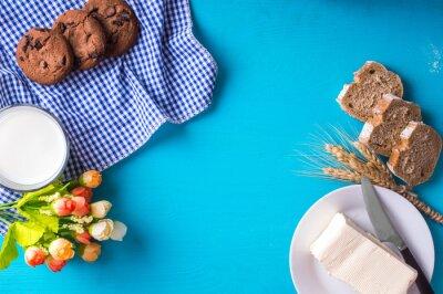 Lait et biscuits, fromage cottage et beurre. Concept de petit-déjeuner