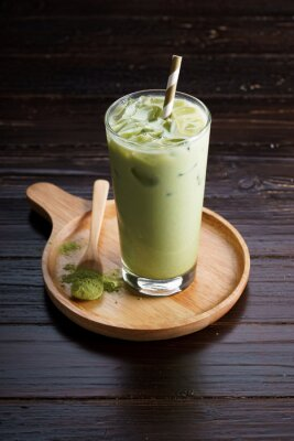 Latte de thé vert glacé.