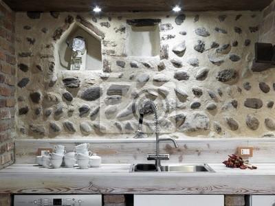 Lavello di cucina moderna con acciaio dans stoviglie e rubinetto ...