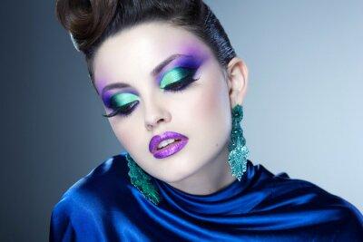 Image le bleu de maquillage et coiffure professionnel sur le beau visage de femme