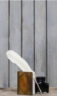 Image Le bureau de l'ancienne écrivain - livre, plume, encre sur surfa bois bruts
