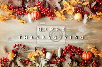 Image Le fond de l'automne du jour de Thanksgiving avec des lettres Happy Thanksgiving, des baies saisonnières d'automne, des citrouilles, des pommes