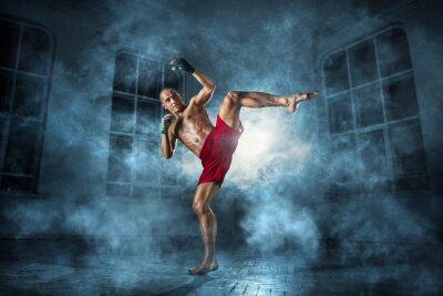 Image Le jeune homme kickboxing