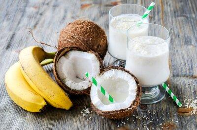 Le lait de coco boisson smoothie avec des bananes sur fond de bois