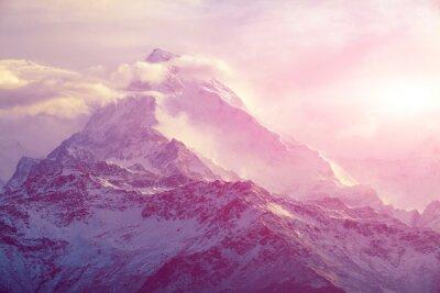 Image le lever du soleil dans les montagnes