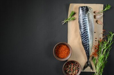 Image Le maquereau de poisson frais sur fond sombre d'en haut. Poisson, aromate, aromates, épices - sain, nourriture, régime, cuisine, concept