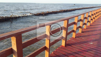 Le pont rouge est pour le point de vue de mer la plage de Bangkhuntien de côte.