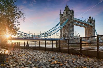 Image Le Tower Bridge à Londres, Royaume-Uni, pendentif un lever de soleil doré