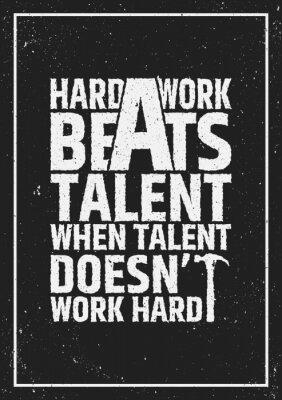 Image Le travail dur bat la citation inspirante inspirante de talent sur le fond grunge.