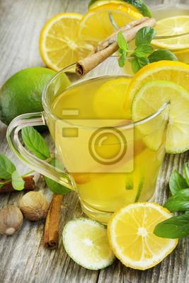 Lemonade avec de la chaux, de la menthe et de cannelle